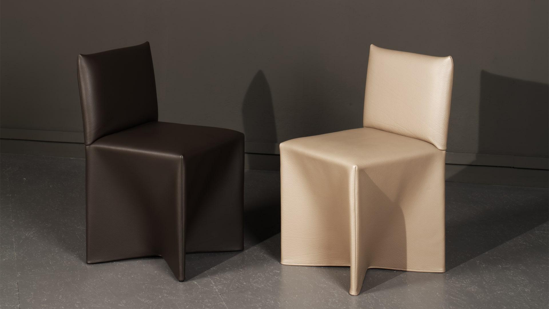 Deux chaises Cornette du designer Martin Szekely, réalisées par Domeau et Pérès, en cuir beige et en cuir marron.