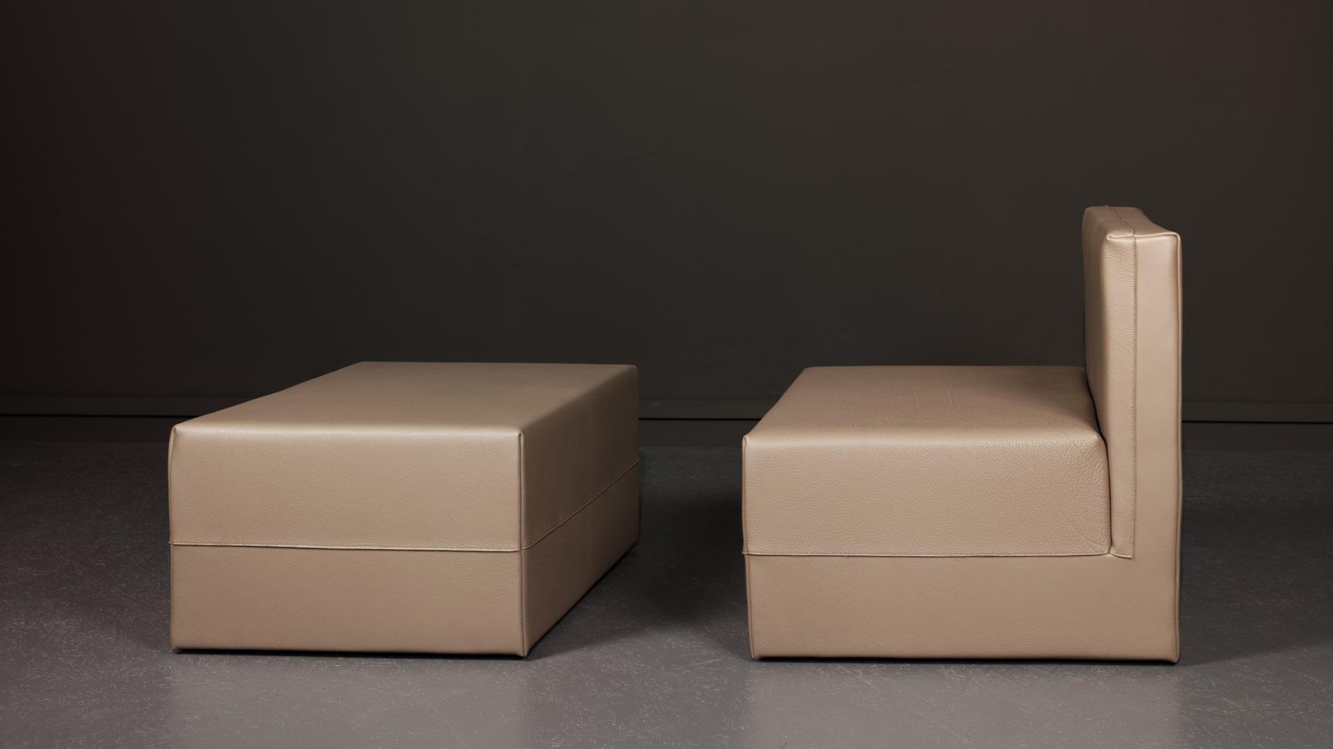Les fauteuil et pouf Domo du designer Martin Szekely, réalisés par Domeau et Pérès.